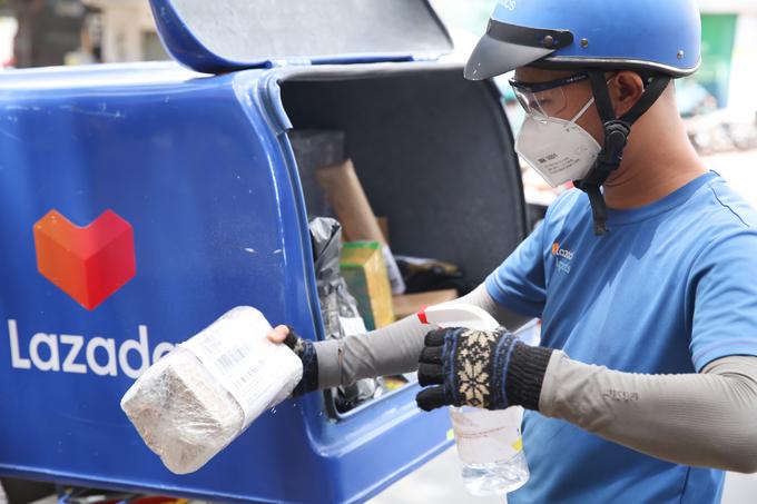 Đội ngũ shipper phối hợp chặt chẽ với nhà bán hàng và thực hiện đủ các bước khử khuẩn để đảm bảo sức khỏe cho khách mua hàng. Ảnh:Lazada Việt Nam.