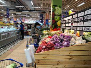 """Nhiều người dân TP HCM tranh thủ đến siêu thị mua sắm trước khi """"ai ở đâu ở yên đó"""""""
